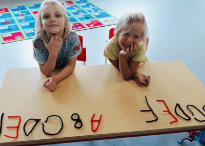 Glade børn der sidder og får undervisning